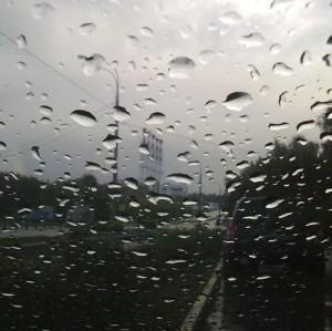 Врачи рассказали, как не грустить в дождливую погоду