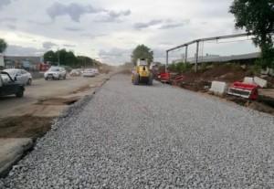 Сейчас подрядная компания «СамараТрансСтрой» проводит работы по фрезерованию старого дорожного полотна и расширяет проезжую часть.