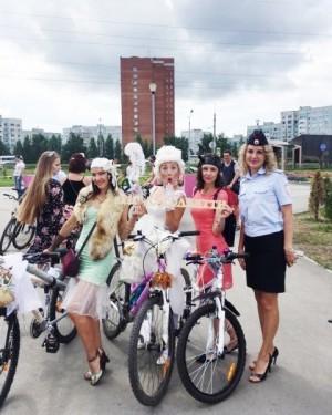 Красочная процессия, состоящая из 300 девушек в красивых нарядах в сопровождении брутальных «байкеров», проехала по дорогам города на велосипедах.