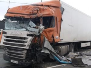 В результате столкновения водитель Скании погиб, он оказался зажат в кабине автомобиля.