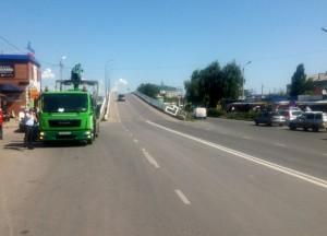 В Сызрани автомобиль снес светофор, который теперь мешает движению по мосту
