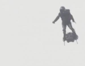 Француз почти перелетел Ла-Манш на реактивном флайборде, но упал в воду