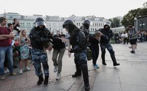 По делу о беспорядках в ходе несанкционированной акции 27 июля в центре Москвы задержаны пять человек. Известны фамилии четырех из них.