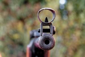 Вооружённый винтовкой молодой человек, одетый в бронежилет, был убит на входе в бар.