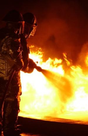 Огонь охватил территорию площадью 200 кв. м (в основном, это чердак). Сведения о пострадавших пока не поступали.