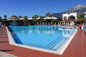 Девочка, которую затянуло в бассейн в одном из отелей турецкого Бодрума, по-прежнему находится в критическом состоянии.