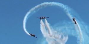 Элемент выполняется тремя самолётами, один из которых летит строго горизонтально, а два других синхронно вращаются вокруг него.