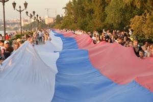 Флаг занял всю длину 2-ой очереди набережной. Его вес более 450 кг, площадь - 4500 квадратных метров!