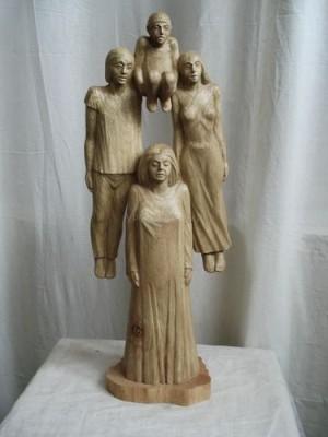 Всего представлено 105 скульптур малых форм и 70 гобеленов.
