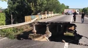 Водители проезжают по уцелевшей части сооружения на свой страх и риск, снимая зияющую дыру на видео.