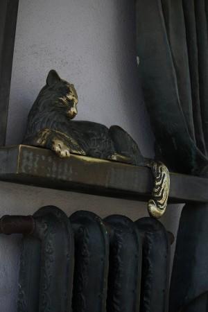 Как часто путешественники гладят скульптуры на удачу?