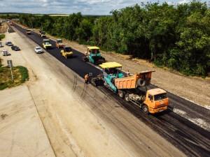 Автомобильная дорога соединяет южные районы области с Самарой, а также является одним из направлений движения транзитного транспорта в сторону Саратовской области.