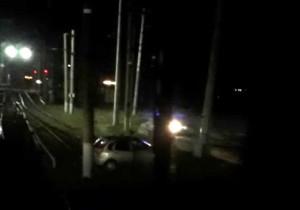 Лада Калина вылетела на железнодорожные пути в Сызрани