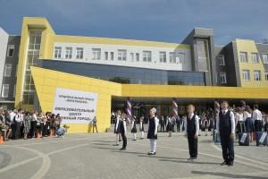 Поздравить ребят с Днём знаний приехали Дмитрий Азаров, Александр Хинштейн, Анастасия Артемова и другие почетные гости.