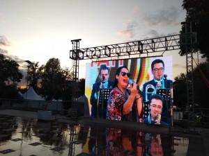 Череду музыкальных программ ко Дню города открыл в пятницу вечером 6 сентября фестиваль «Самара open jazz», который проходит сейчас в Амфитеатре на склоне площади Славы.