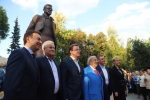 Место для установки 3,5 метрового бронзового памятника выбрано не случайно: в годы эвакуации семья Шостаковича жила неподалёку от этого сквера на улице Фрунзе.