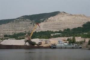 Завод продолжает производство серого цемента «мокрым» способом, считающимся опасным для окружающей среды.