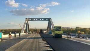 Общая протяженность моста – 667 метров. Для устройства нижнего слоя дорожного полотна на мосту понадобится 2,5 тысячи тонн асфальта.
