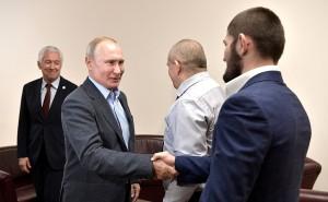 Путин очень тепло приветствовал чемпиона.