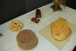 «Хлебосольная встреча» посвящена тому, каким образом крестьяне хранили продукты питания, как подавали блюда на стол, какую посуду использовали.