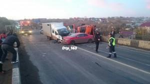 В серьезном ДТП под Самарой пострадали двое Автомобиль виновника аварии перевернулся и вылетел на встречку