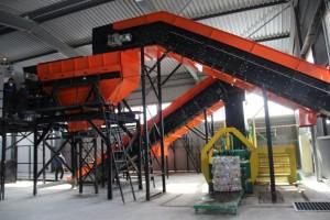 Станция оснащена тремя конвейерами – цепным и двумя ленточными. Это позволит обрабатывать до 20 тонн ТКО в час.