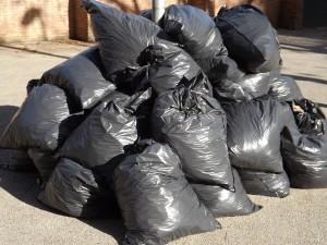 По мнению экспертов, она не позволяет корректно подсчитать объем выбрасываемых гражданами отходов – норматив выработки мусора на человека должен измеряться в килограммах и тоннах, а не в кубических метрах.