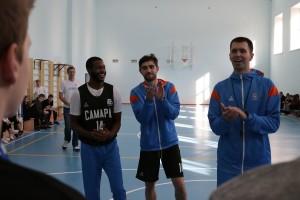 Мастер-класс включал в себя все традиционные элементы: «баскетбольная» разминка, серия упражнений на дриблинг, передачи и броски и, конечно, двустороння игра.