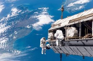 Ожидается, что Кук и Меир проведут за бортом МКС около шести часов. Для Кристины Кук этот выход в открытый космос стал третьим за последние две недели.