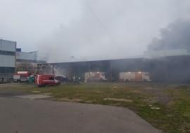 Произошло обрушение кровли. Здание горело на площади полторы тысячи квадратных метров.