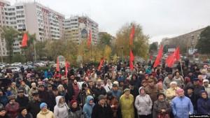 Собравшиеся в основном говорили со сцены о мусорной реформе и завышении тарифов и нормативов в Самарской области.