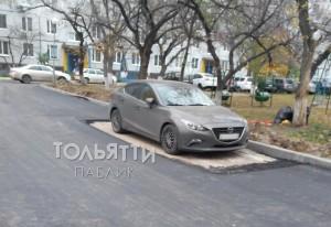 Жильцов дома предупреждали о работах за пять дней. Но владелец «Мазды» оставил свою машину во дворе.