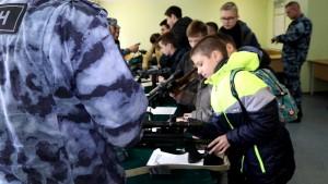 Учащиеся средней школы №109 Самары, где в настоящее время формируется юнармейский отряд, побывали в гостях у ОМОН Управления Росгвардии по Самарской области.