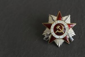 Он в течение 15 лет вместе с командой единомышленников ищет и покупает ордена и медали времён ВОВ, чтобы вернуть их владельцам или родственникам.