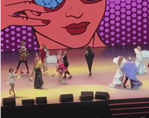 Пугачева на концерте попыталась повторить шпагат Волочковой