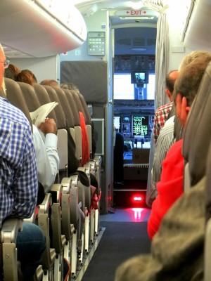 Женщину сняли с рейса, после чего самолет в 6.55 (5.55 мск) вылетел в Сочи.