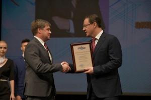 В профессиональный праздник губернатор вручил награды активистам профсоюзного движения региона.