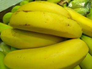 Медик порекомендовала людям, испытывающим боль в горле, употреблять в пищу бананы.