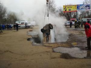 В результате происшествия погибли два человека, их личности устанавливаются.