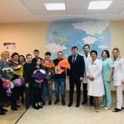 Руководитель ведомства вручил маме детей подарок от Правительства Самарской области.
