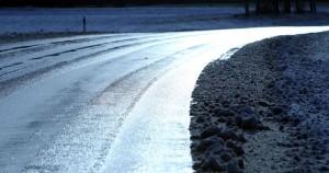 Асфальтовое покрытие скользкое. Все участники дорожного движения, попавшие в трудную ситуацию на дороге, могут круглосуточно обращаться за помощью в подразделения ГИБДД.