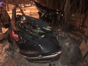 В Самаре автомобиль врезался в столб и дерево, погибла девушка