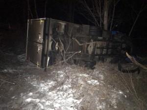 В Самарской области автомобилистка перевернулась на грузовике в кювет