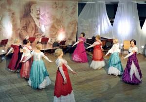 Стать участником Рождественского бала могут все, кто любит и хочет танцевать салонные танцы, а также готовить соответствующий наряд.
