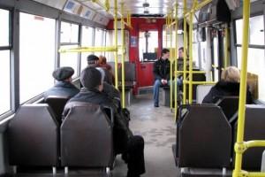 Водитель автобуса отправил школьницу с шапкой по салону после того, как она несколько раз пыталась оплатить проезд картой, но терминал не сработал.