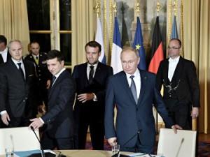 Путин и Зеленский общались с глазу на глаз десять-пятнадцать минут, поскольку вскоре их прервал президент Франции Эммануэль Макрон.