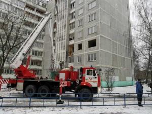 В результате хлопка в стене здания образовались трещины, ударом выбило окна нескольких квартир вместе с рамами.