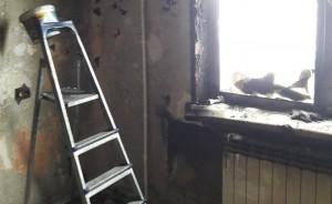 От взрыва жилая комната мгновенно наполнилась густым дымом, после чего огонь вспыхнул на диване и начал распространяться дальше.
