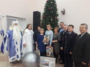 В Приволжском Доме культуры сотрудники полиции устроили для девочек настоящее новогоднее представление.