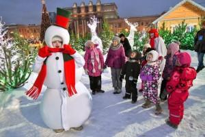 На площади Куйбышева работает рождественская ярмарка, катки и бесплатная деревянная горка.